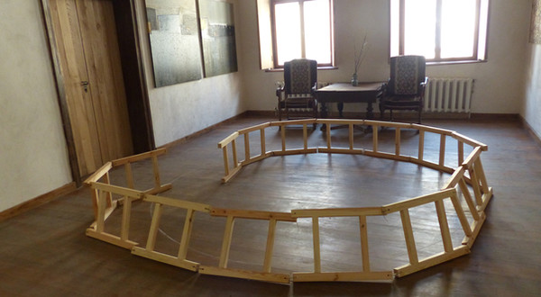 In the circle. 16 wooden ladders of 60 cm long, circle, rope