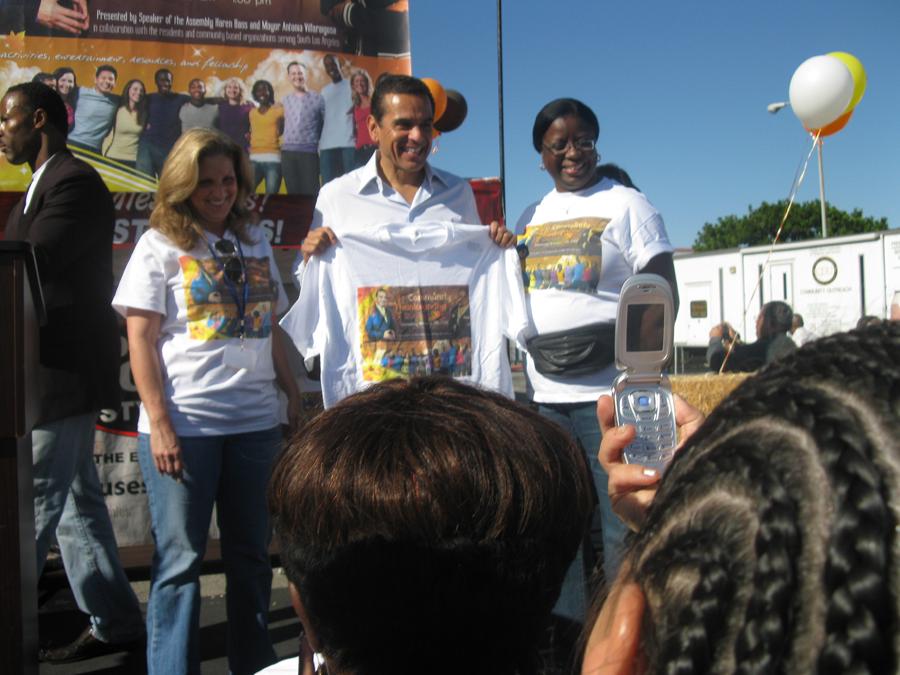 Mayor Villaraigosa holding tshirt
