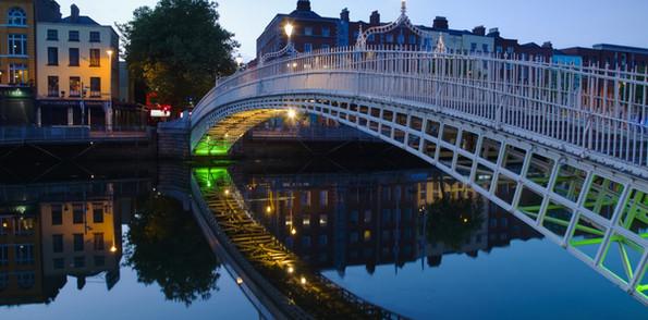 hapenny-bridge-and-river-liffey-at-night