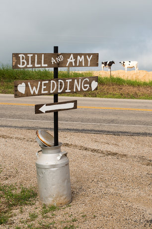 Country-wedding-signs-with-cows