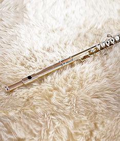 flûte traversière sur un tapis en laine
