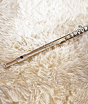 flûte traversière sur tapis en laine