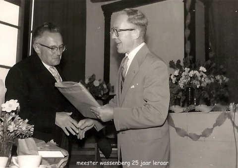Meester Wassenberg 25 jaar leraar.jpg