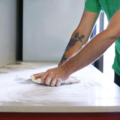 Pétrir la pâte à pizza