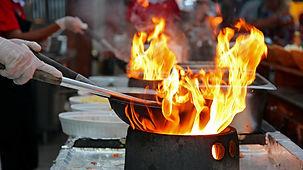 """Das Barbaro Catering Live Buffet vereint für Sie eine große Auswahl an unglaub¬lich guten Speisen und deren perfekte Präsen¬ta¬tion. Denn das Auge isst mit. Und ist beein¬druckt. Beson¬ders bei den """"Live Cooking Stations"""", die jedes Buffet lebendig machen. Hier kommt es zum Austausch zwischen """"Live Köchen"""" und den Genie¬ße¬rinnen und Genie¬ßern. Große und klei¬nere Insze¬nie¬rungen sind möglich. Und haben eines gemeinsam: Feinste Speisen, mit Liebe zum Küchen¬hand¬werk erdacht und gemacht. Unser mobiles Equipment ermöglicht es uns, inmitten Ihrer Feier oder Veranstaltung ein kulinarisches Feuerwerk zu entfachen. Hier agieren wir mit Löffel und Pfanne im Geschehen und Ihre Gäste bestimmen die Zutaten.    Alle Zutaten sind regionale und geprüfte Qualitätsprodukte. Unsere vielfältigen Rezepturen und Speisekonzepte bietet auch für die Vegetarier und Veganer und Glutenfrei."""