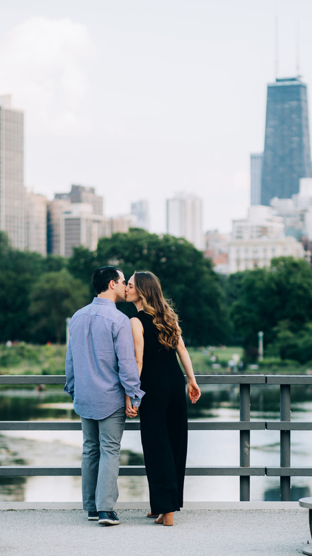 LINCOLN PARK PICNIC ENGAGEMENT SESSION | CHICAGO PHOTOGRAPHER
