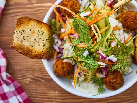Mitä tietoinen syöminen on ja miten se auttaa sinua parantamaan suhteesi ruokaan