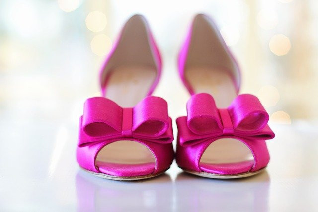 Pinkit rusetilliset korkokengät vaalealla taustalla