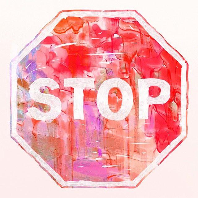 Vesiväreillä maalattu STOP-merkki