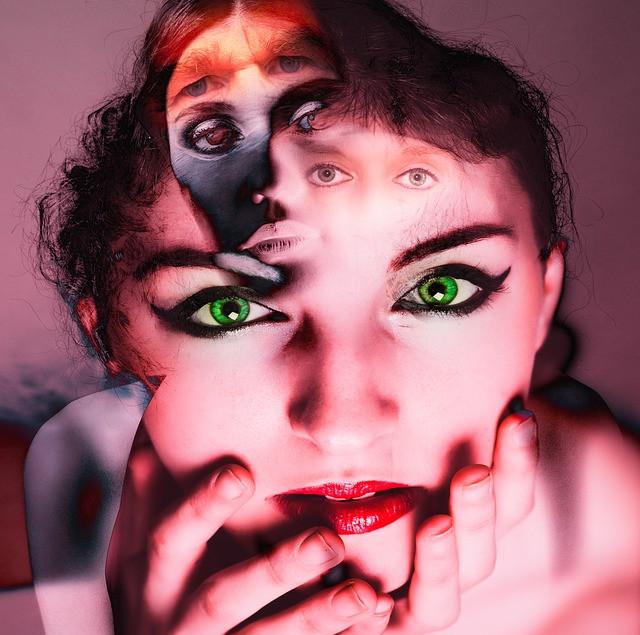 Vihreäsilmäinen nainen ja useampia muita kasvoja hänen otsallaan