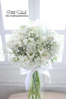 かすみ草と白い花のブーケ