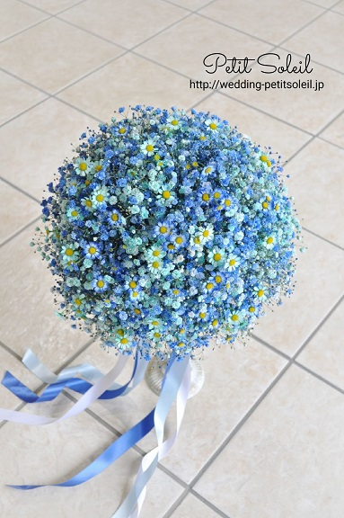 青いかすみ草とマトリカリアのブーケ