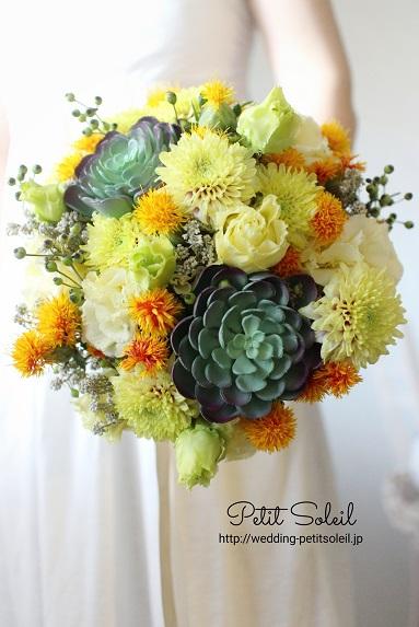 他肉植物と黄色い花のブーケ