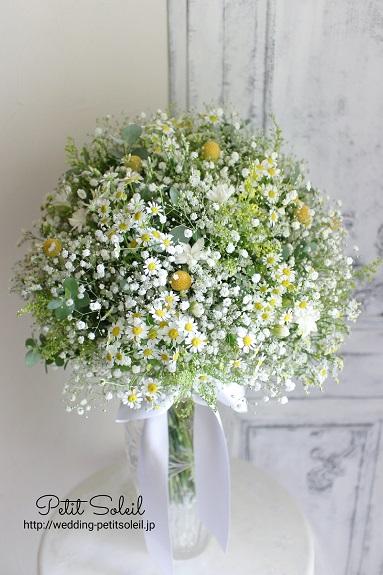 かすみ草と黄色い小花のブーケ