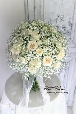 かすみ草と白バラのブーケ