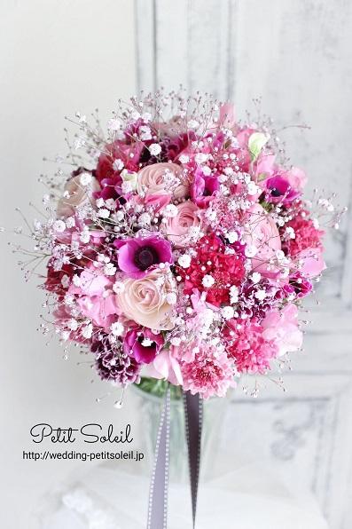 ピンクの花とかすみ草のブーケ