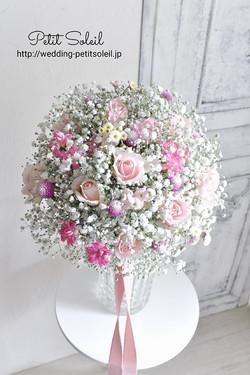 かすみ草とピンクの花のブーケ