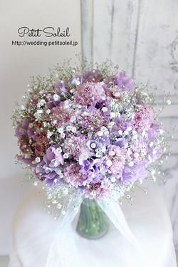 紫の花とかすみ草のブーケ