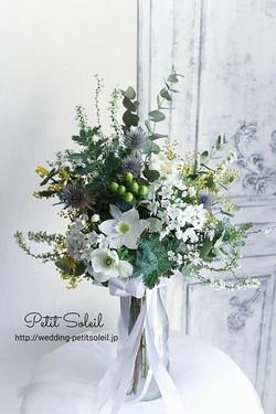 白い花とグリーンの縦長ブーケ