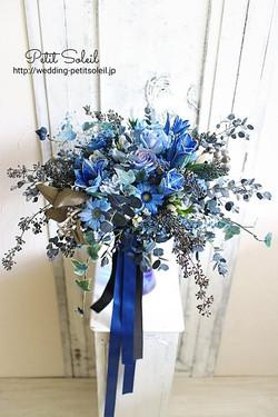 ブルーの生花ブーケ