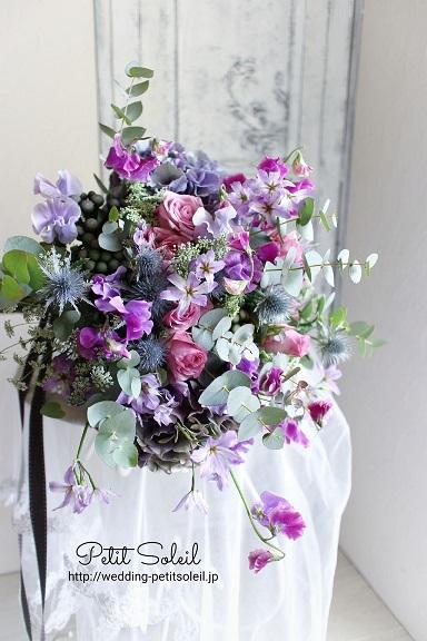 紫の花を集めたブーケ