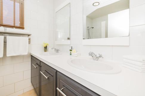 Paradera Park Two Bedroom Suite - bathro