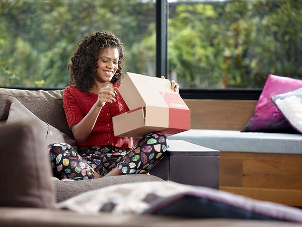 photo-woman-opening-online-shopping-parc