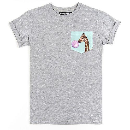 Серая футболка с карманом с изображением жирафика.