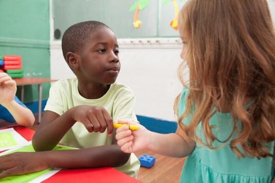 kids-sharing-one-pencil_BiejjJjR8g.jpg