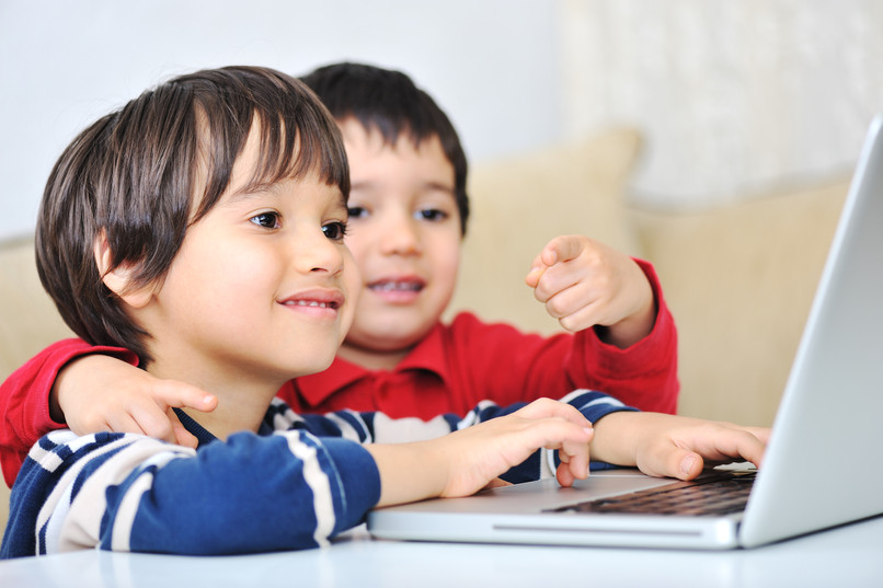 kids-using-laptop_HKygsjn6Hi.jpg