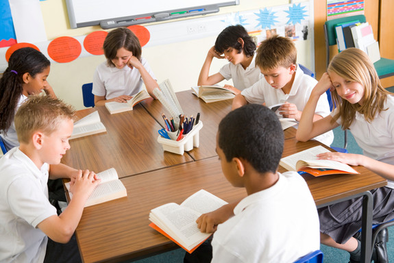 schoolchildren-reading-books-in-class_SY