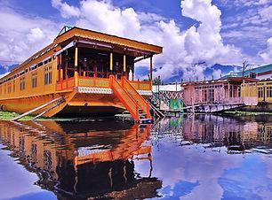 Houseboat-_Dal_Lake,_srinagar_Kashmir.jp