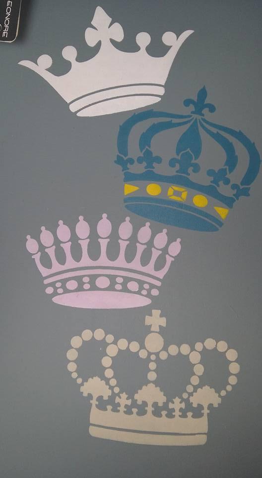 """Détail d'une table couleur Bleu Acier, pochoir """"Couronnes"""" en Touraine, Bleu Canard, Mangue, Bois de Rose et Poivre"""