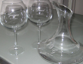 Detalle copas borgoña y decanter grabados
