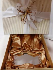 Detalle caja motivo dorado