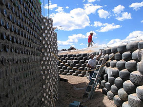 Michael-Reynolds_Earthship_construction.