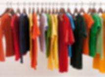 Красочные одежды на вешалках