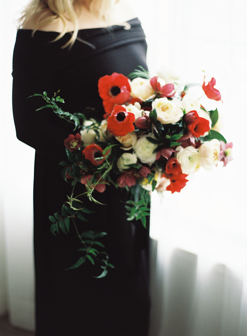 Maternity Shoot with a Bold and Organic Bouquet