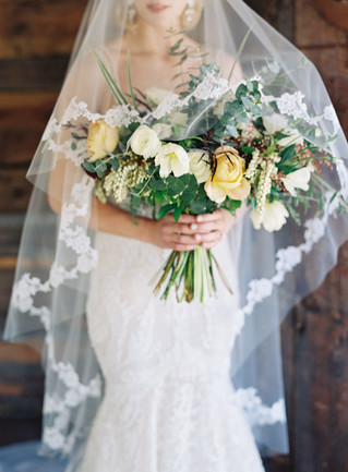 Emma Lea Floral- The Styled Soiree- Carrie King Photography- Wild Canyon Ranch Winter Wedding | Veil | Garden Rose | Eucalyptus | Tulip | Ranunculus | Green, White, Gold |