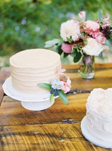 Emma Lea Floral- Purple Summer Events- Tara Bielecki Photography- Lyons Farmette Colorado Wedding  | Cake Flowers |