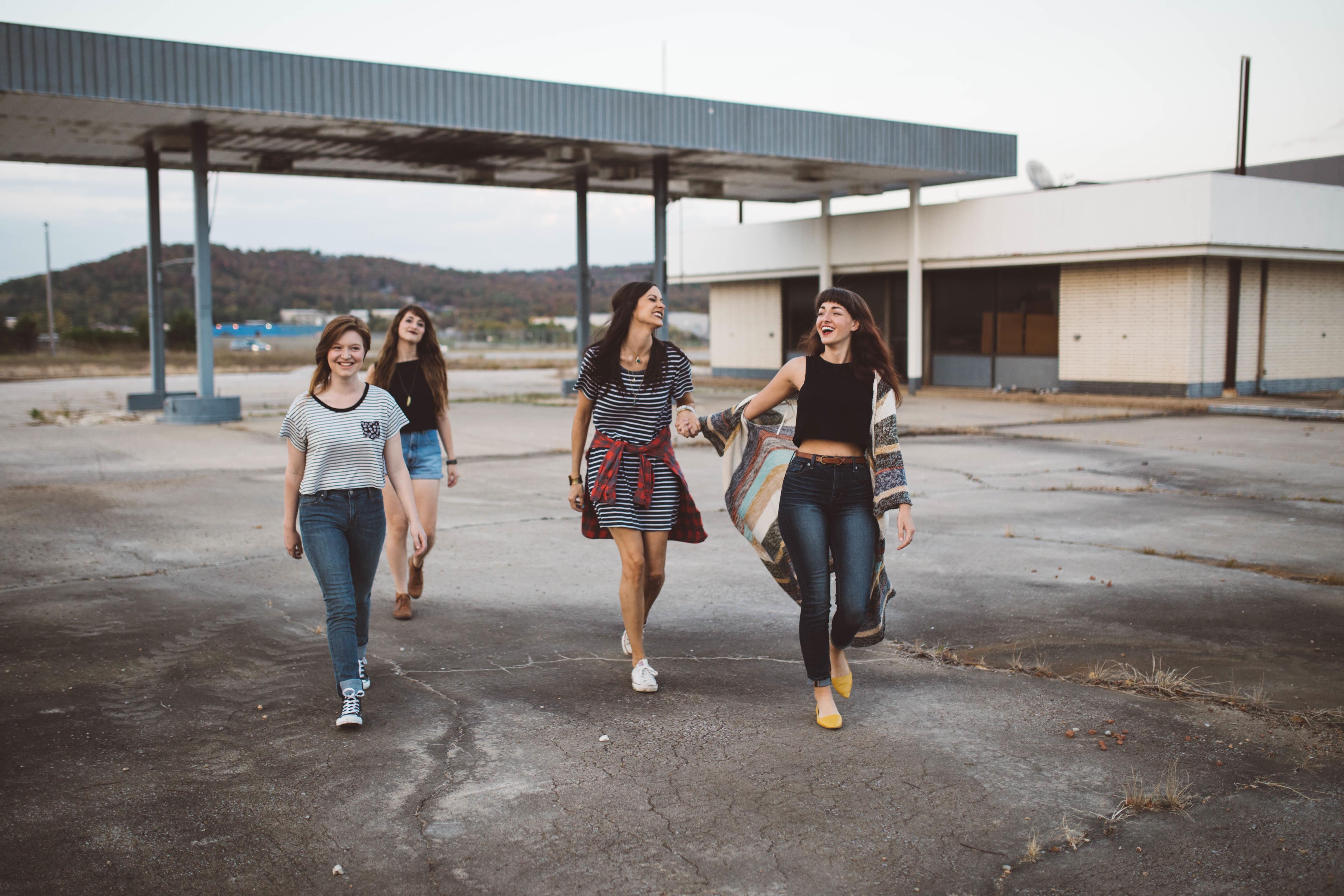 32647_girls-friends-girlfriends-outdoors