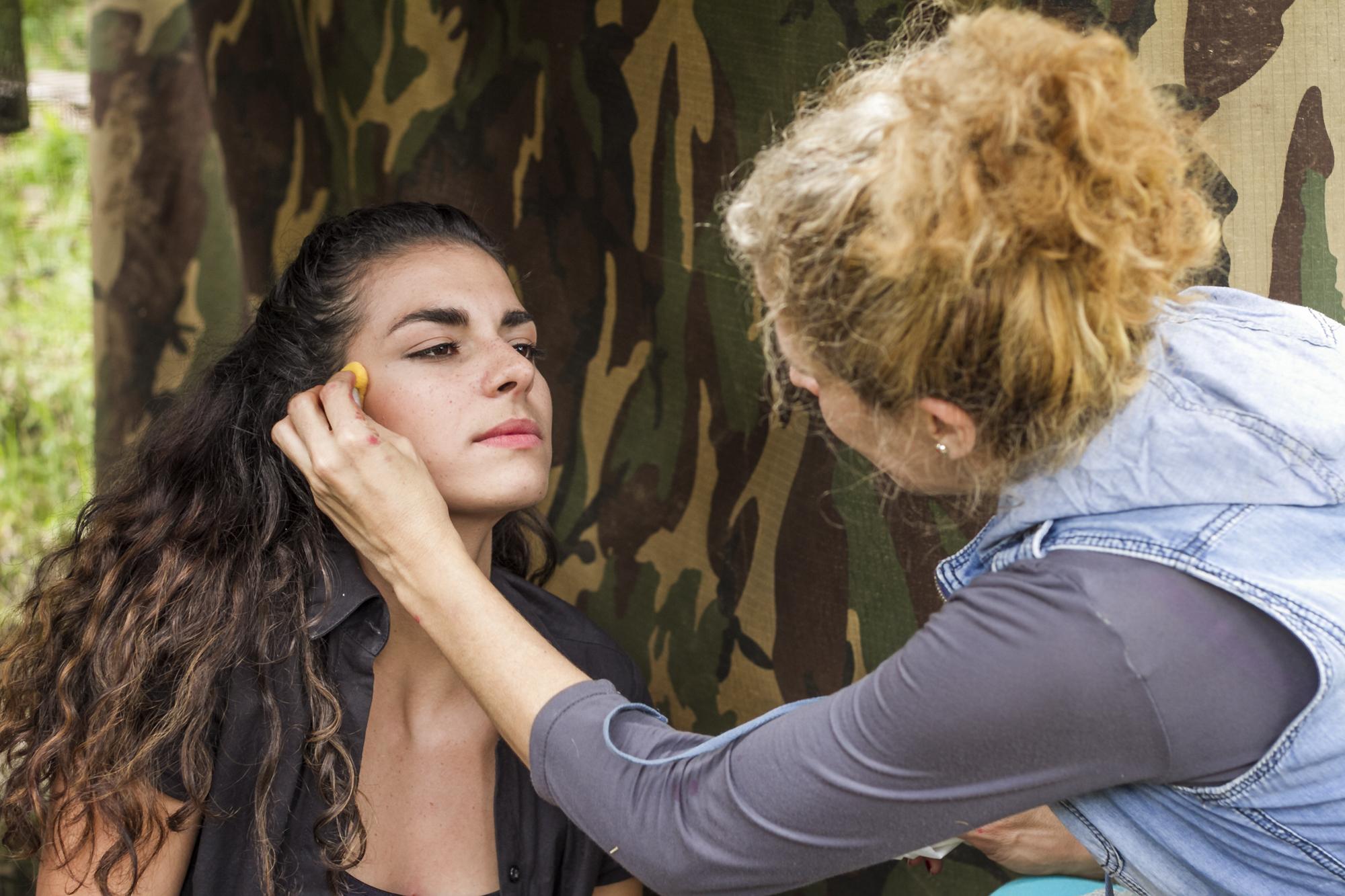 maquilladora con actriz