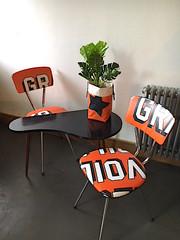 Chaises et panière orange