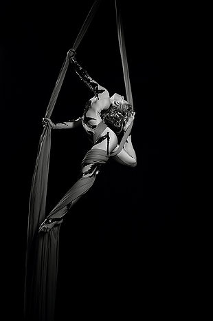 Acrobati | Acrobatii | Show Acrobatic - Spectacol Acrobatii - acrobatie | aerial silk - acrobatii esarfa, material textil, acrobatii la inaltime | acrobati Bucuresti, Pitesti, Ploiesti, Targoviste, Gaesti, Giurgiu, Ilfov. Acrobati profesionisti - acrobate, acrobata, acrobatii in aer, acrobati evenimente, acrobati nunta, spectacol acrobatic, show acrobatic, acrobatie in aer - acrobati Bucuresti - acrobate Bucuresti - eveniment cu acrobati, acrobati de performanta sportivi