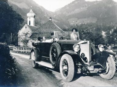 Schöne Autos auf schlechten Straßen