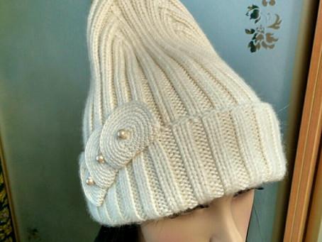 Модная, стильная шапка с удлинённой верхушкой.