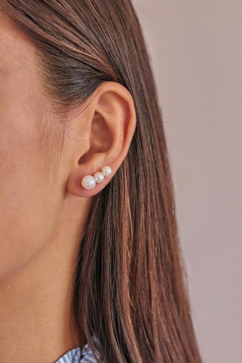 ad55e2662 Tieto zaujímavé strieborné náušnice sú zdobené troma sladkovodnými perlami  v bielej farbe, ktoré sú v troch rozmeroch. V Anglicku sa takému štýlu  náušnic ...