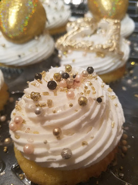 White and Gold 21st Birthday Cupcakes.6.