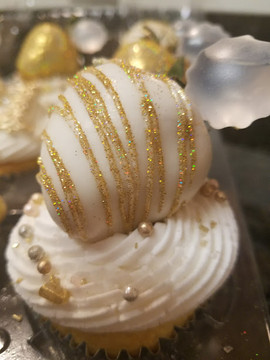 White and Gold 21st Birthday Cupcakes.2.