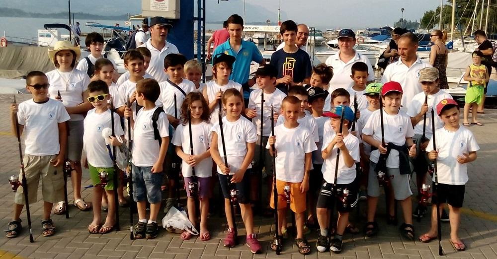 foto fronte allievi  con maglietta corso pesca 2015 - 3